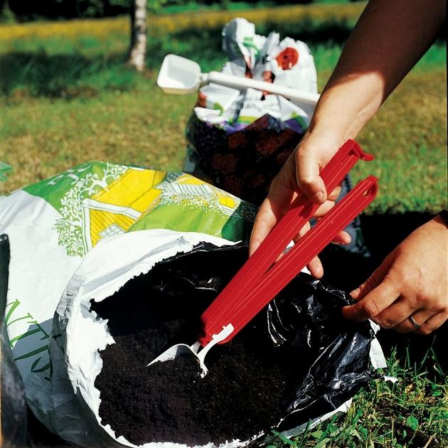 Pince Weloc scoop 220 exemple pelle dans sac de terre