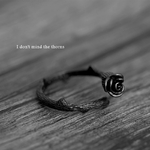 bague_noire_fleur_rose