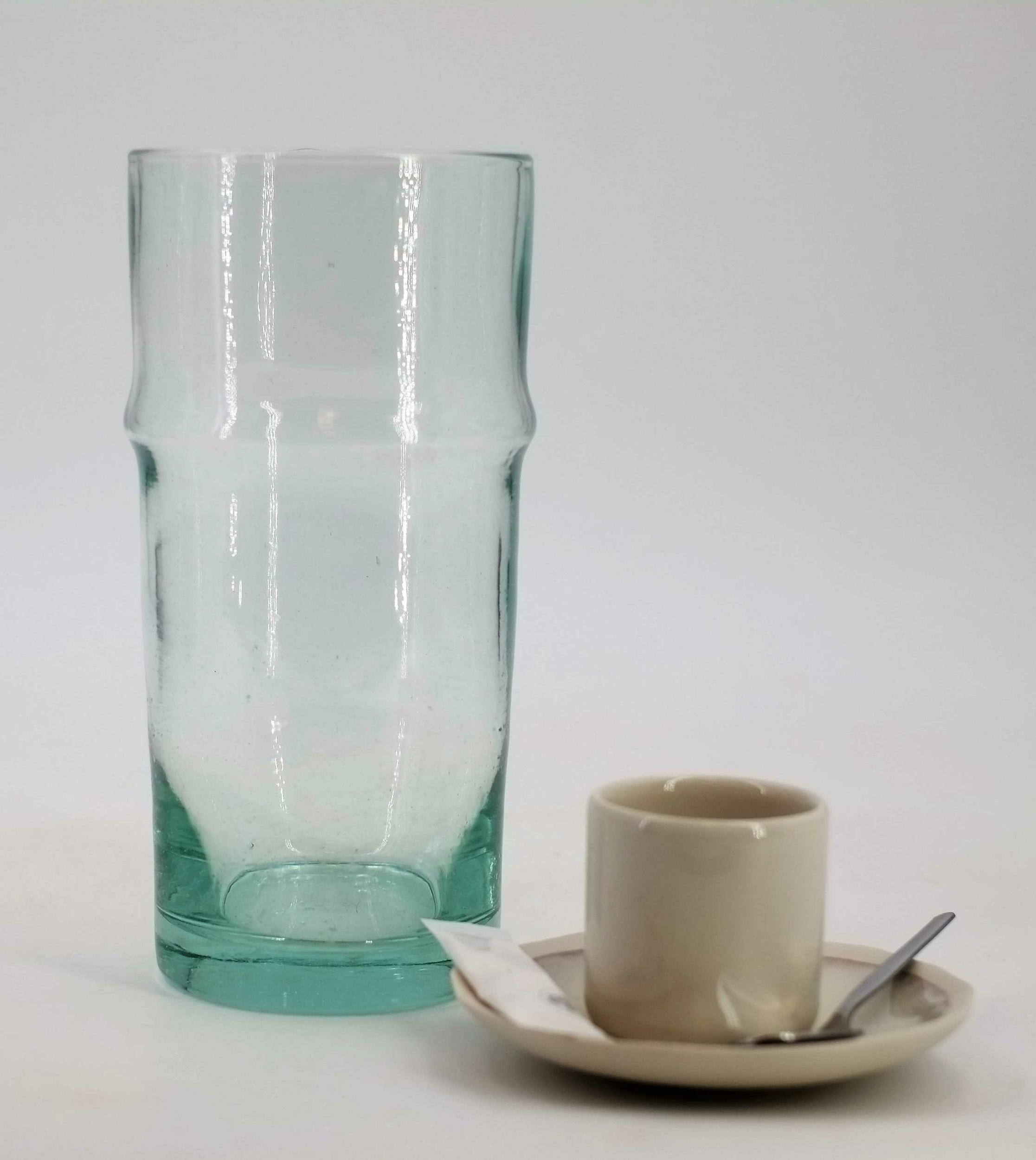Vase en verre recyclé et soufflé du Maroc