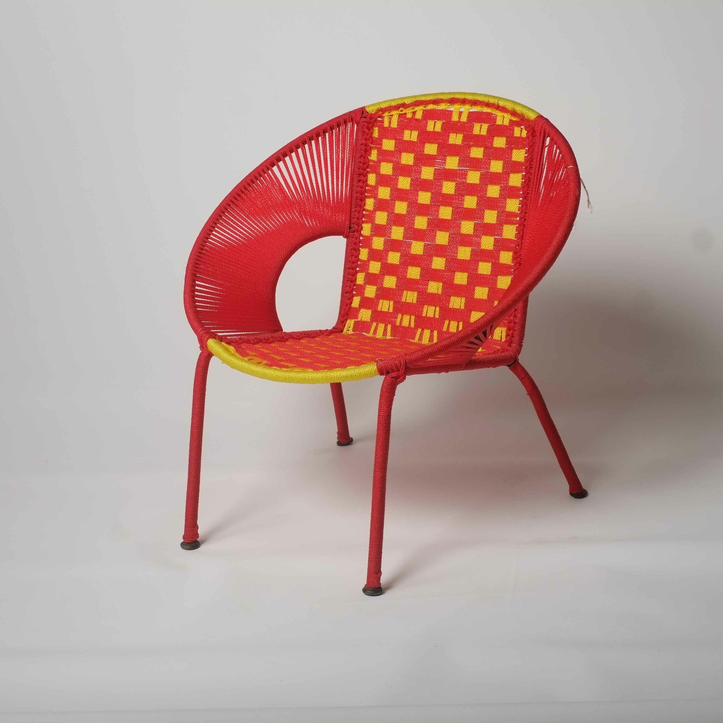 Chaise enfant en métal et fil de pêche recyclés modèle ailette rouge et jaune - Sénégal
