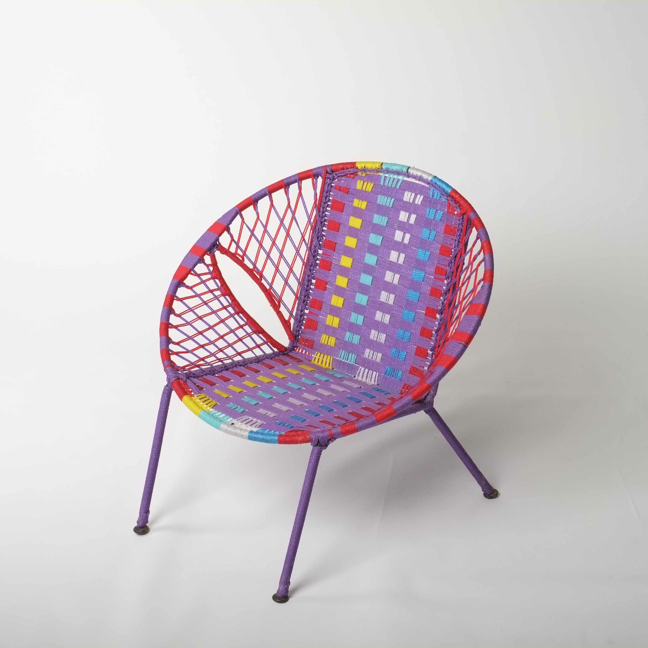 Chaise enfant en métal et fil de pêche recyclés modèle panier multicolore