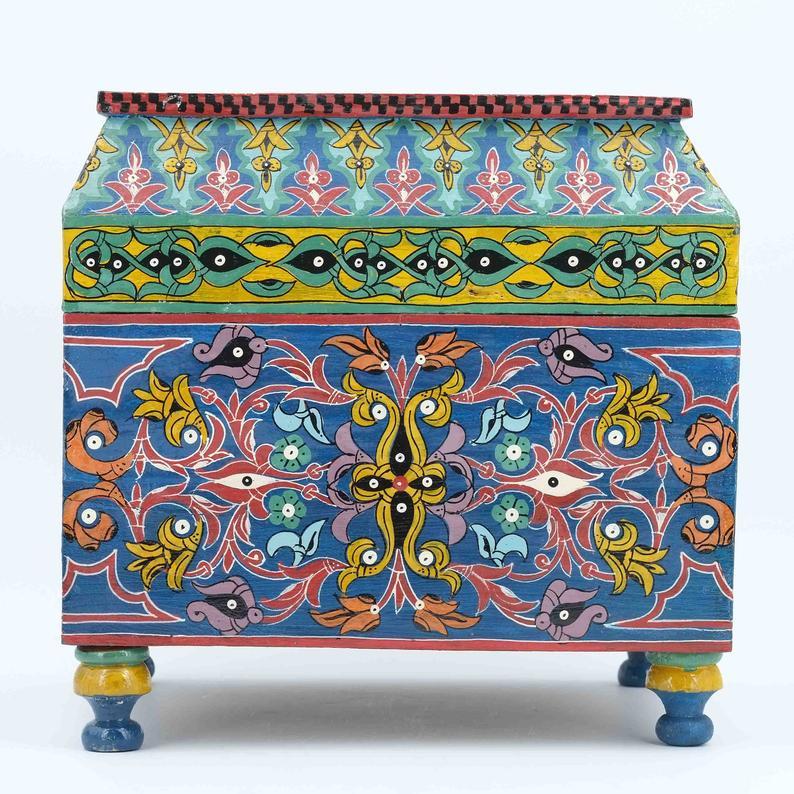 Coffre peint en bois de cèdre de l\'Atlas