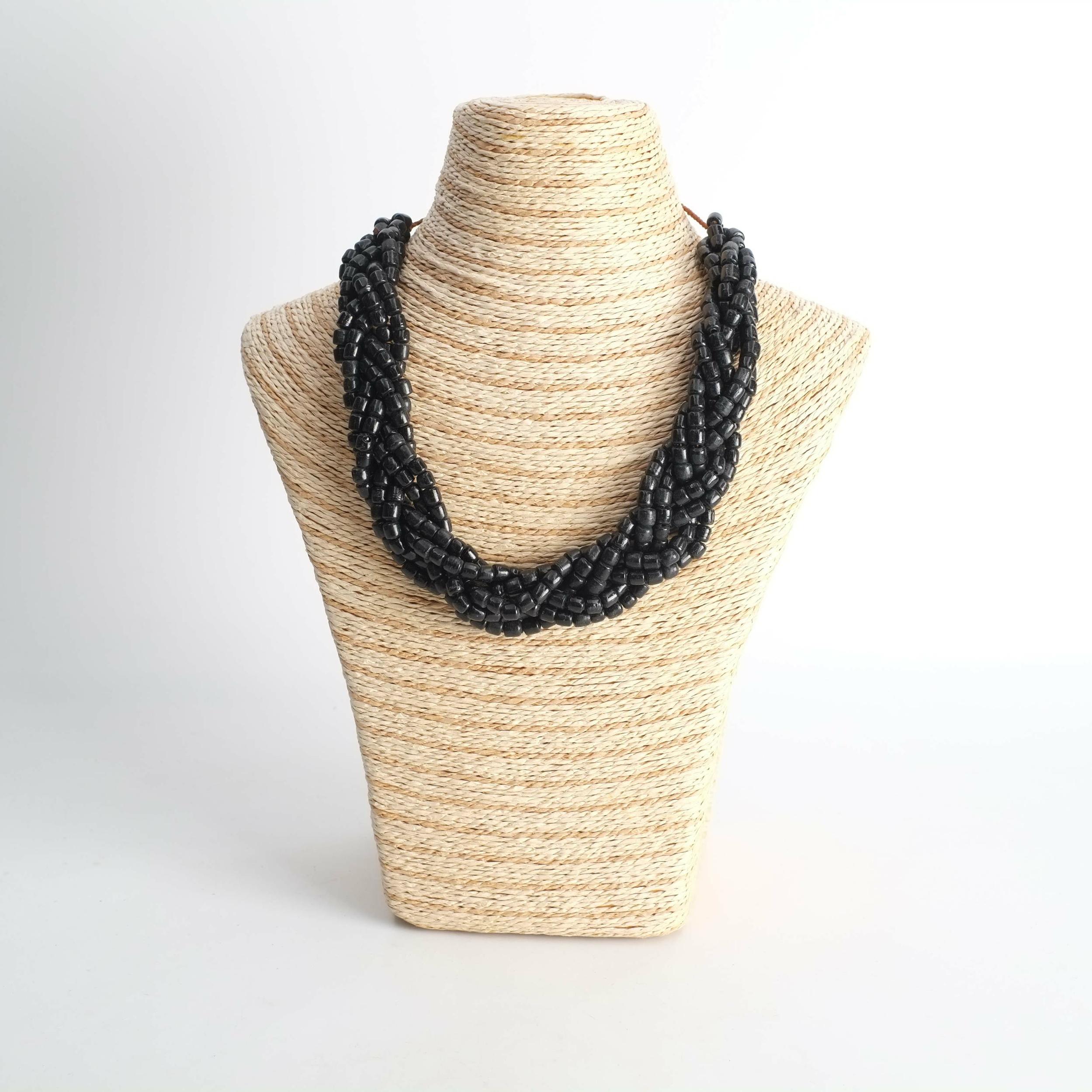 Collier en perle de verre noire du Sénégal