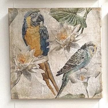 Tableau au perroquet et perruche entourés de fleurs de lotus - papier froissé marouflé sur cadre bois