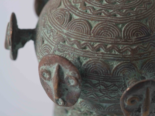 Cloche rituelle en bronze de l\'Ouest Cameroun