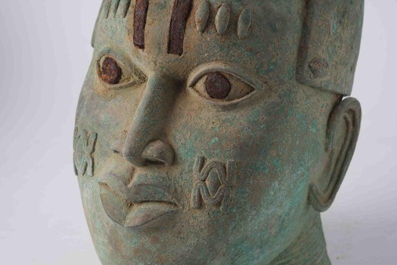 Tête sculptée en bronze