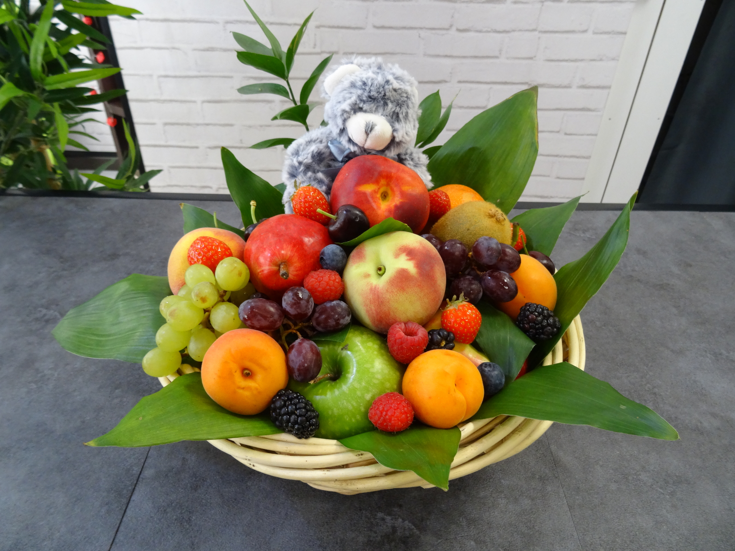 Corbeille de fruits naissance 3 kilos saison avec peluche