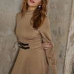 robe courte dhiver beige ceinturée à manches longues chic sophistiquée pas cher femme en ligne la selection parisienne
