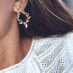 boucles d'oreilles dorées pendantes feuille d'olivier perle nacrée bijoux fantaisie la selection parisienne