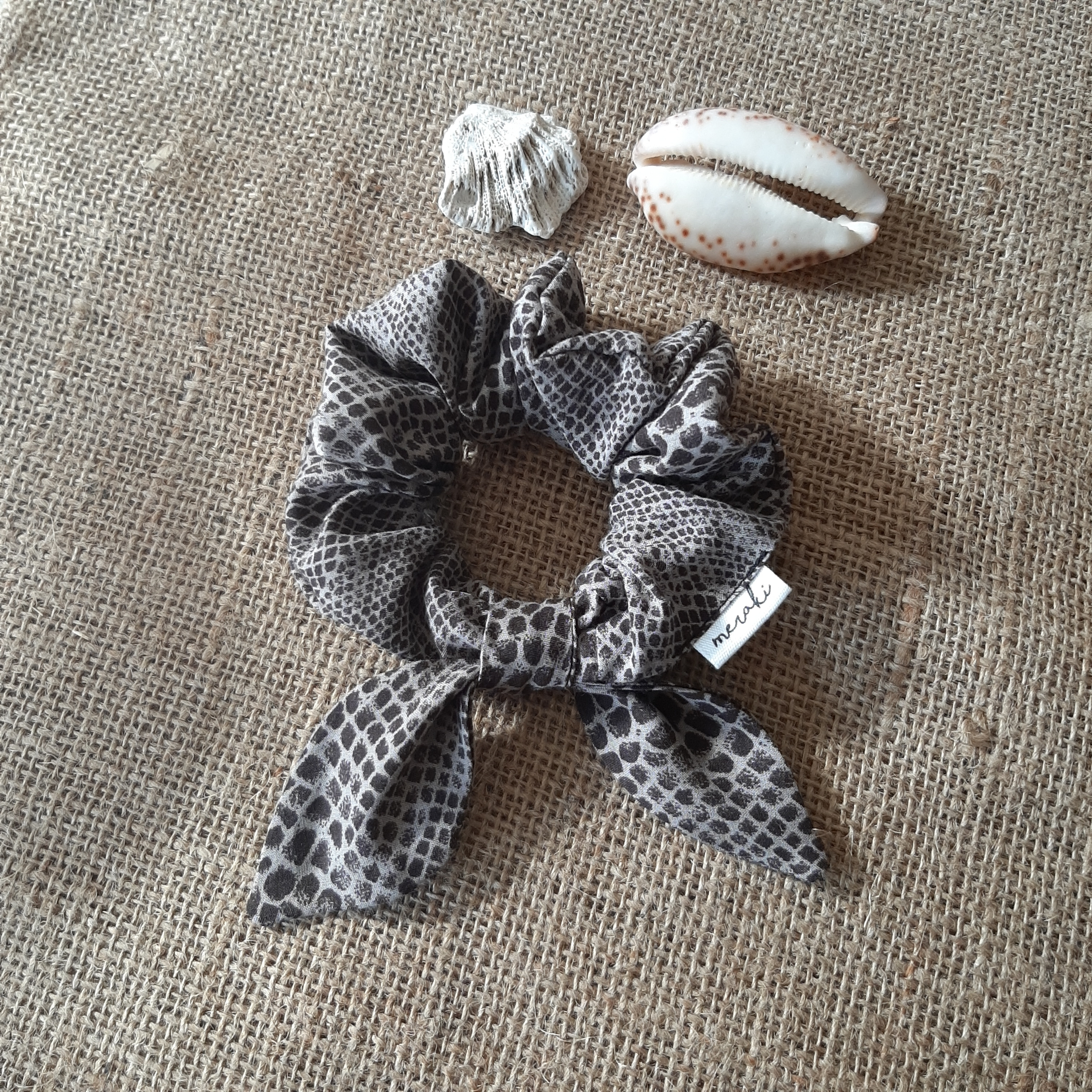 Serpent gris taupe