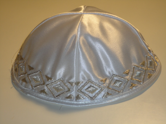 Kippa de luxe en satin blanc liseret brodé motifs argentés