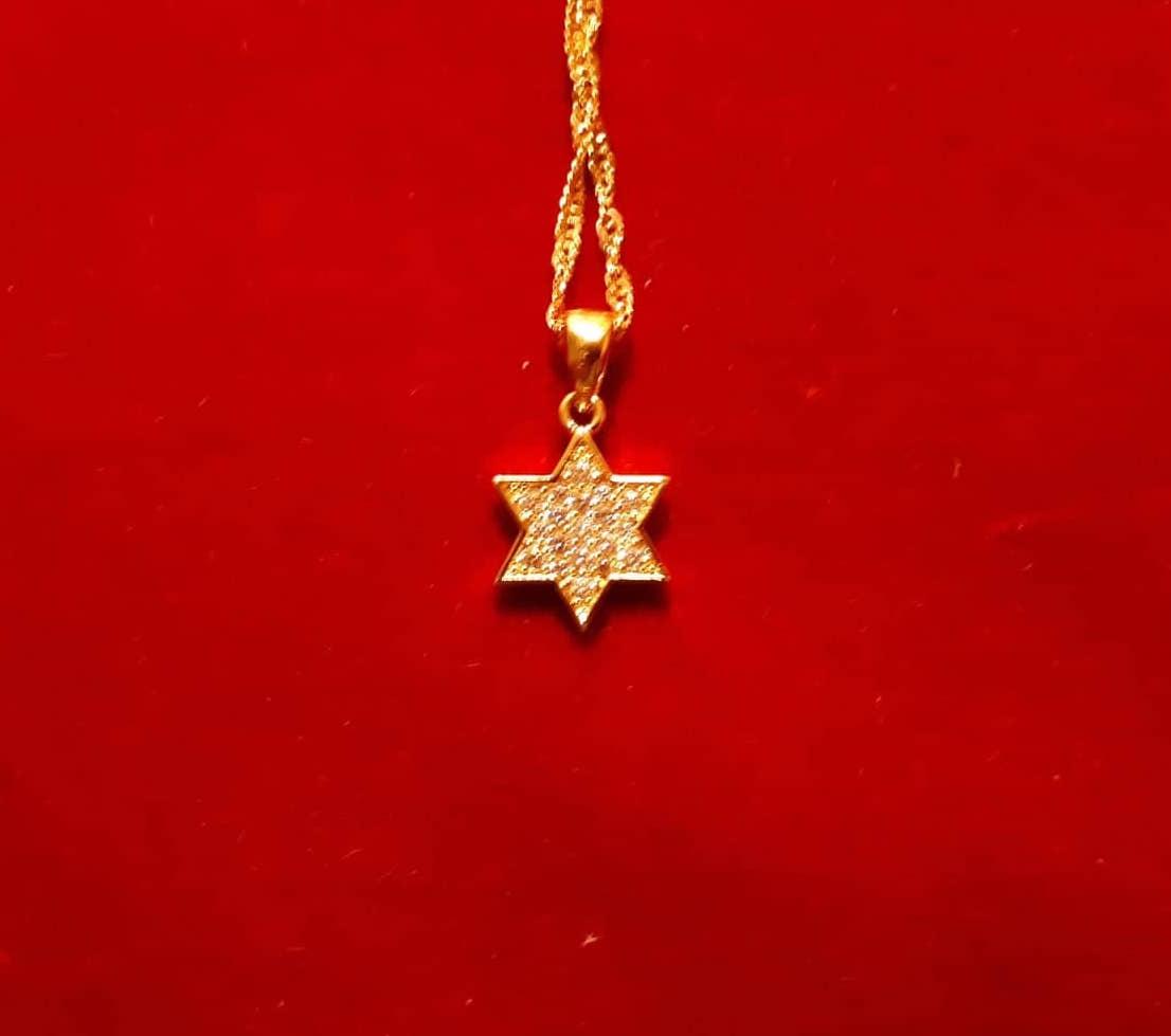 Maguen David plaqué or incrusté de strass et chaîne plaquée or.