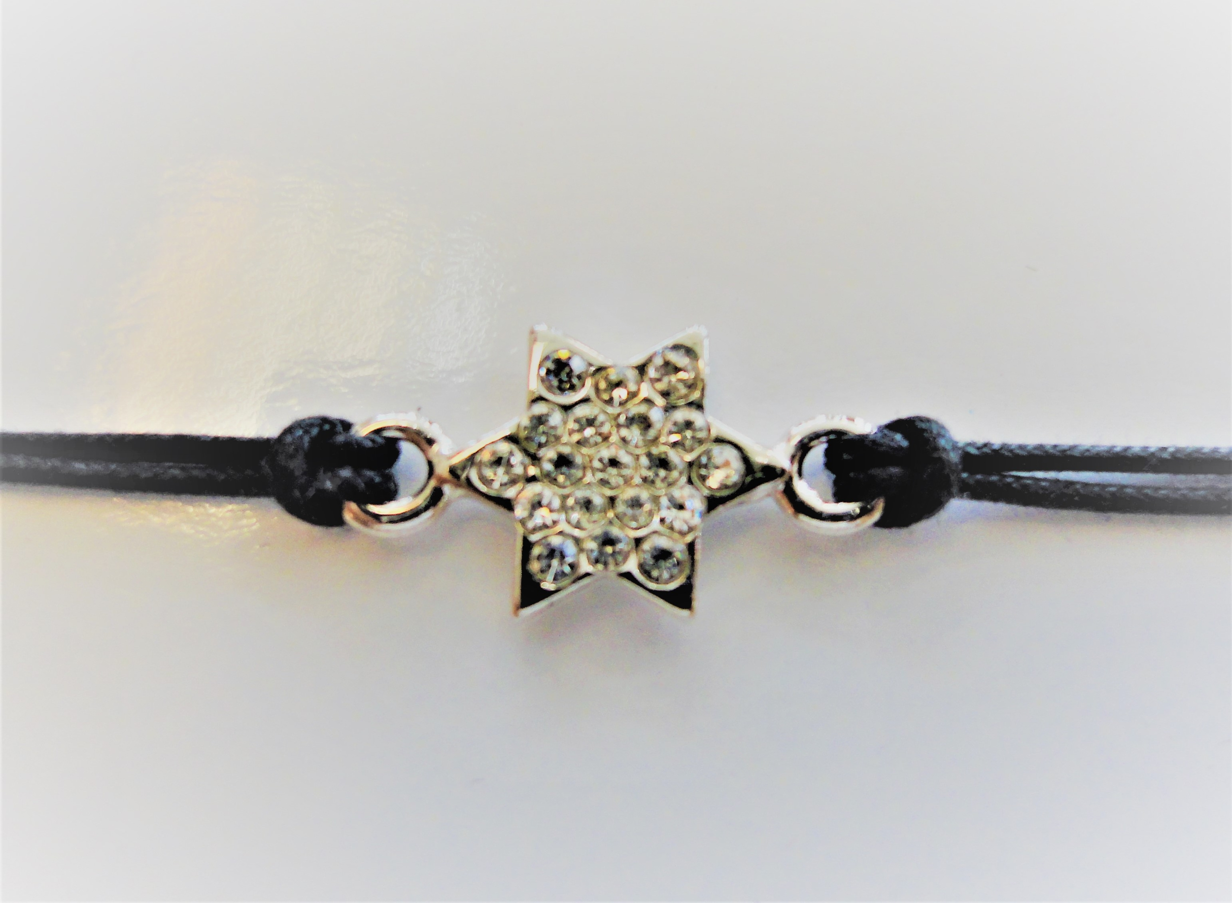 Bracelet cordon noir avec Maguen David plaquée argent incrusté de strass.