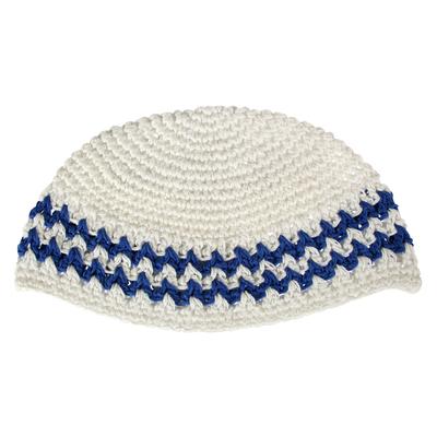 Kippa crocheté en blanc et motif bleu en zigzag