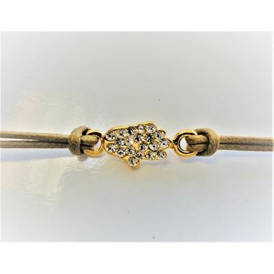 Bracelet cordon beige orné d'une main plaquée or incrustée de strass.
