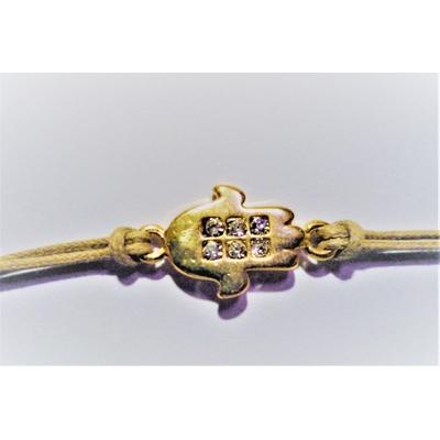 Bracelet cordon beige avec main dorée et zirkon