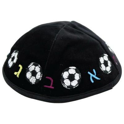 Kippa enfant en velours noir brodée aleph beth et ballon foot