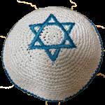 kippa tricotée bleue sur blanc