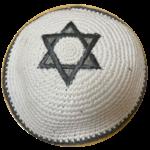 kippa tricotée gris sur blanc
