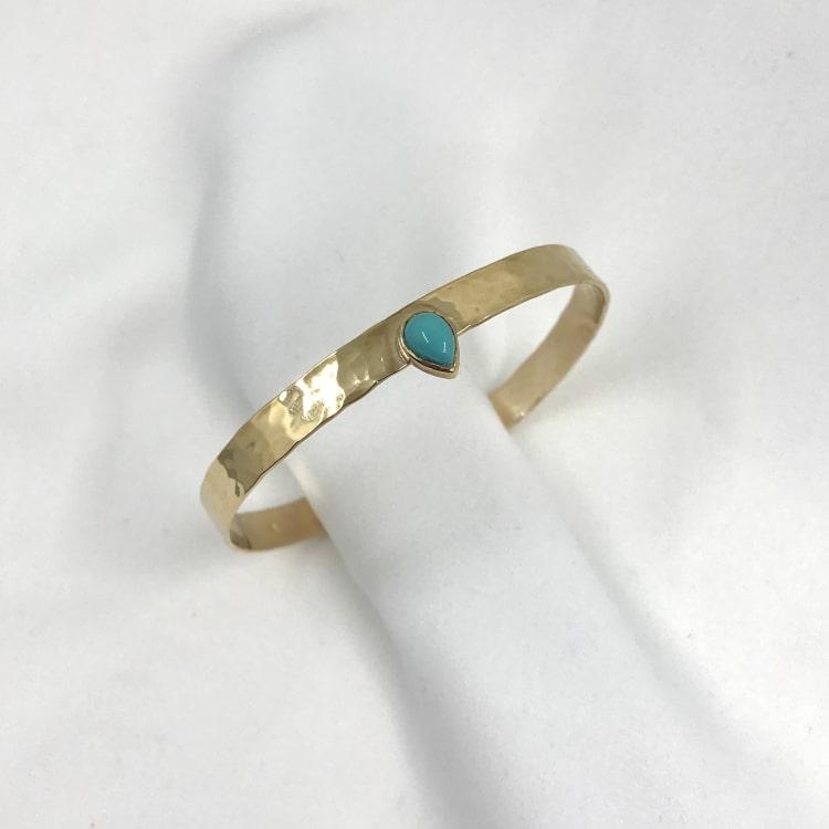 Jonc Meghan en plaqué or 3 microns martelé et serti d'une pierre turquoise en forme de goutte. Bracelet rigide ajustable