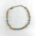 Bracelet Lily en plaqué or 3 microns composé d'une chaine ronde parsemée de petites boules et de 3 pierres rondes turquoise
