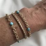 bracelet Liy en plaqué or 3 microns composé dune chaine ronde parsemée de petites boules et de 3 pierres rondes turquoise