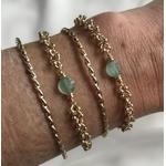 Bracelet composé dune maille ronde parsemée de petites boules en plaqué or 3 microns et dune pierre ronde semi-précieuse en aventurine.