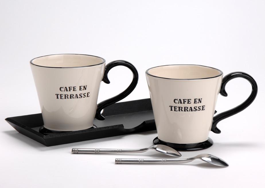ensemble mug café en terrasse