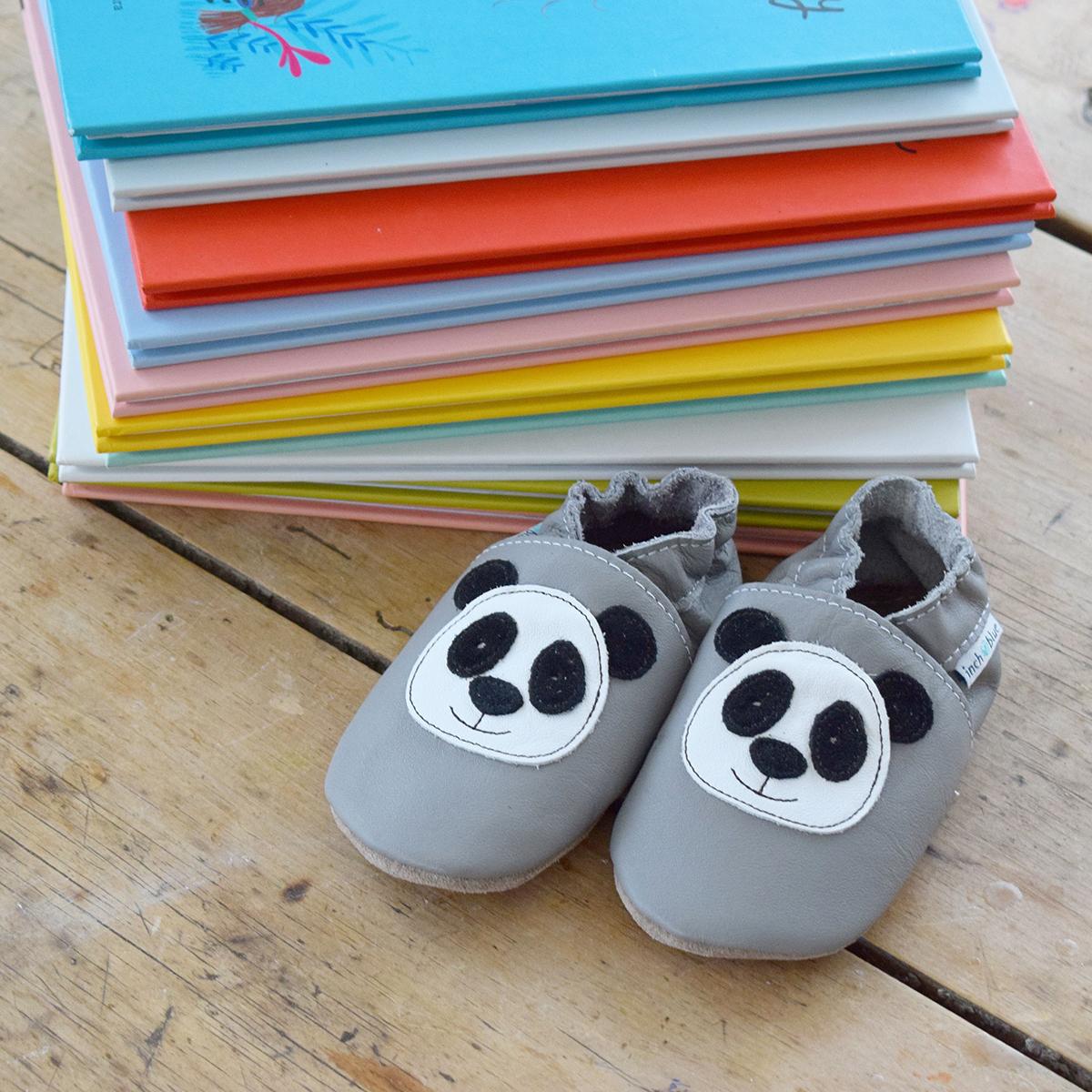 Chausson en cuir gris avec panda