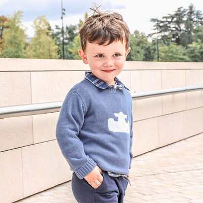 Pull col rond, écusson voiture - Bleu Jean<br>Existe en 4 et 8 ans<br>