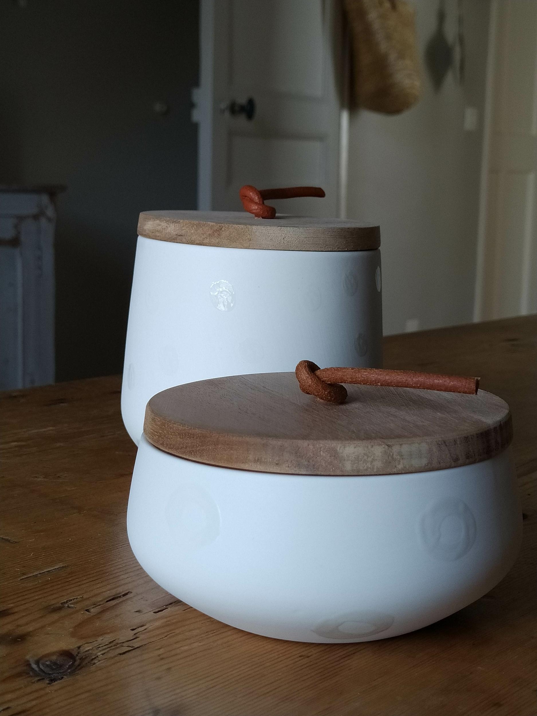 Pot en porcelaine avec couvercle en bois d\'acacia et lacet cuir