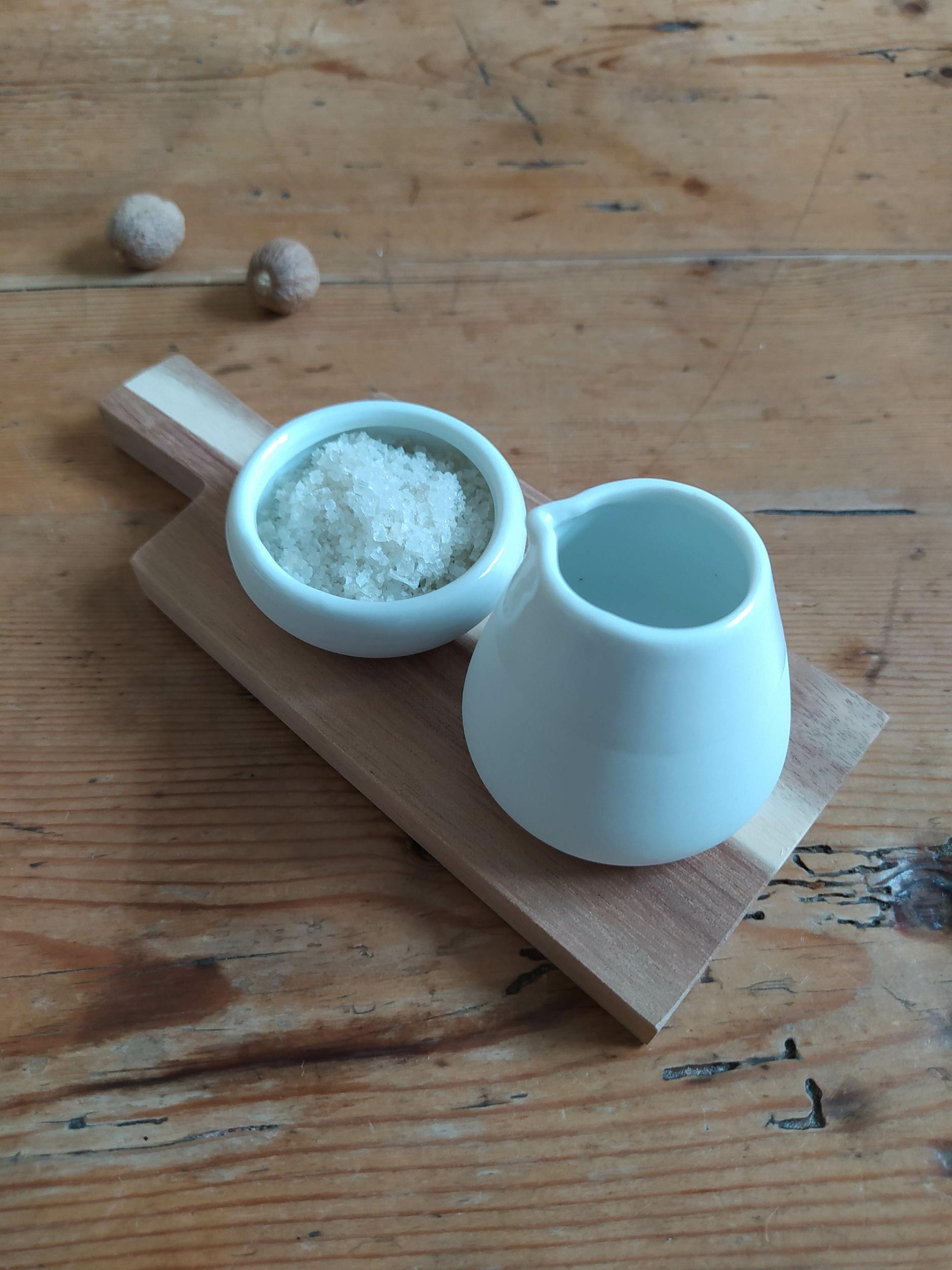 Set pichet & ramequin en porcelaine sur planche bois