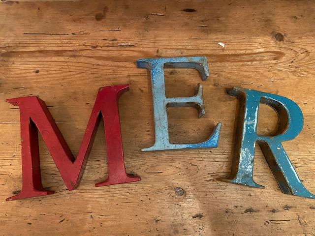 Mot M E R en lettres métal chinées