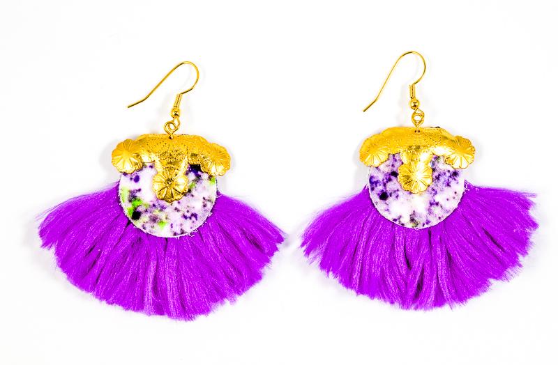 Boucles d\'oreilles blanches tachetées+violette / Collection VIOLETA
