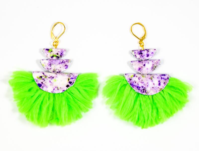 Boucles d\'oreilles blanches tachetées+vert fluo / Collection VIOLETA