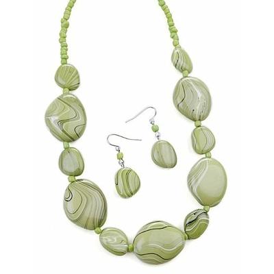 Collier avec perles vert pâle marbrées + boucles d'oreilles assorties
