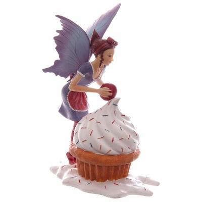 Fée avec un cupcake par Natasha Faulkner