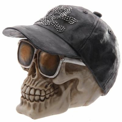 Crâne macabre avec casquette baseball et lunettes de soleil