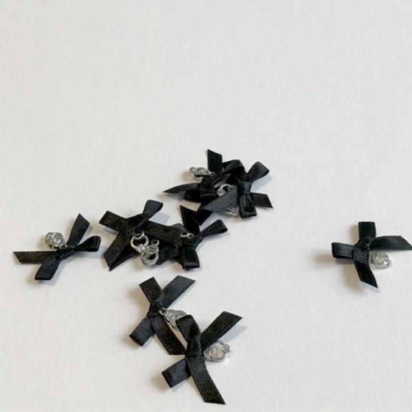 Noeud noué en satin noir avec bijou