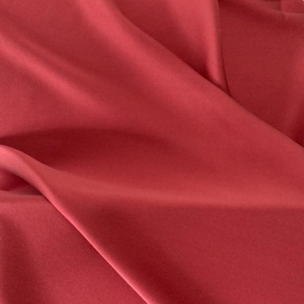 Satin de soie extensible rouge