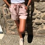 short en toile rose avec ceinture à nouer
