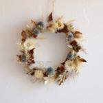 couronne de fleurs séchées bleues