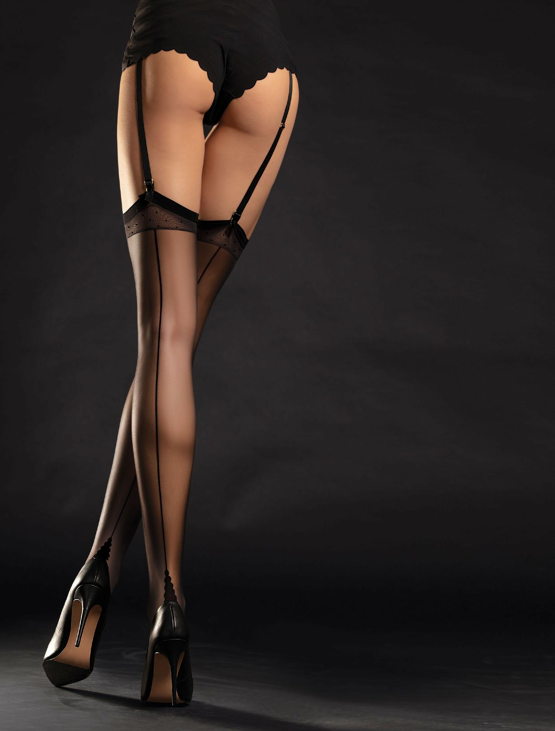 Les bas Diva avec une ligne couture, des petits points sur la jarretière et un talon français