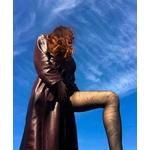 femme en collant et manteau long en cuir