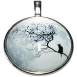 Collier pendentif métal lune chat dans un arbre