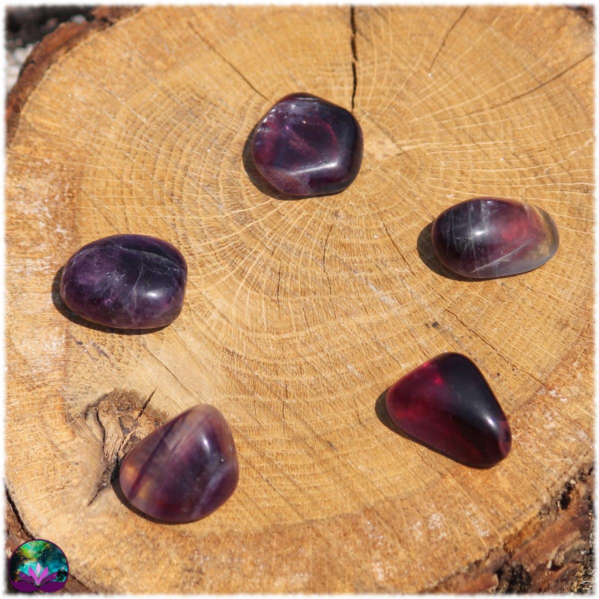 Fluorite multicolore roulée majoritairement violette