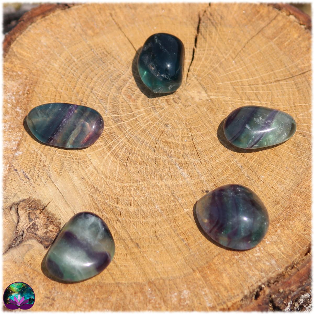 Fluorite multicolore roulée majoritairement verte