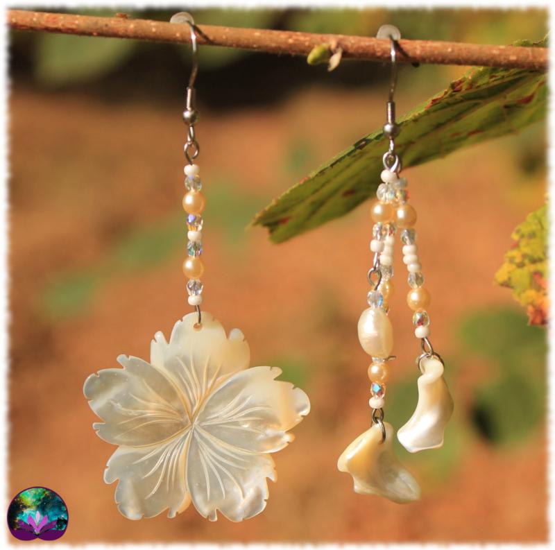Boucles d\'oreille asymétriques fleur de nacre
