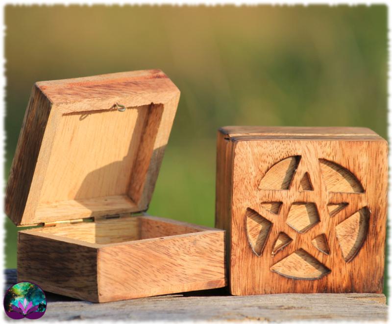 Petite boîte en bois pentagramme sculpté