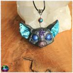 Pendentif chat mystique pentagramme gris yeux bleu électrique